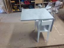 τραπέζι κουζίνας ανοιγόμενο απομίμηση τσιμέντου , ξυλουργικες εργασιες , επιπλα καταστηματων , ειδικες κατασκευες επιπλων , ταπετσαρίες , λούστρα , ξυλου δρυος , ksilou drios